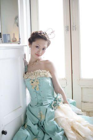 編み込みアップにティアラもつければキュートなプリンセス♡カラードレス・ウェディングドレスに合う髪型まとめ一覧♡