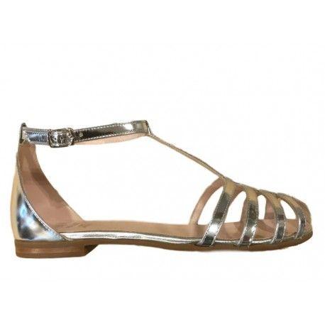 SANDALI EQUERRY Sandali charleston per bambine di Equerry con tomaia in vera pelle color argento, cinturino con fibbia alla caviglia regolabile, sottopiede foderato in pelle, suola in gomma naturale. Sandali Equerri classici e glamour, un modello versatile ideale con un bel abitino. #equerry #scarpeequerry #sandali #sandaliequerry #scarpe #calzature #bambina #bimba #girl #bebè #kid #junior #child #children #scarpe #shoes #shoponline #ecommerce #fashion #moda #saldi #sconti #promozioni