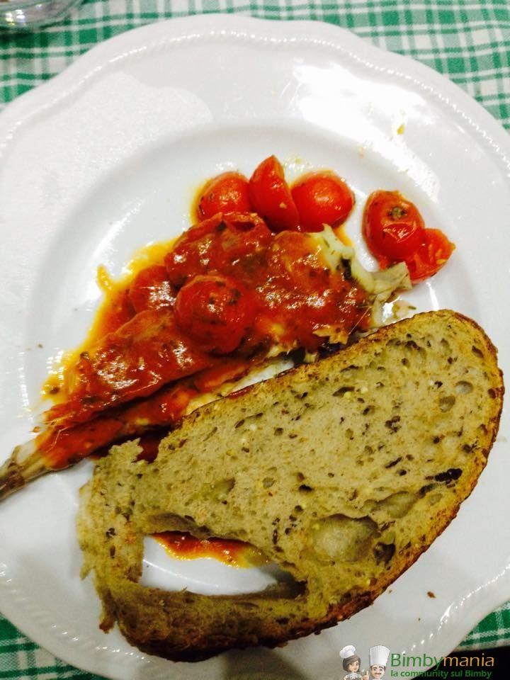 Rana pescatrice alla mediterranea Bimby, un buon secondo di pesce a varoma con pomodorini accompagnato da un croccante crostino di pane: sana e leggera!...