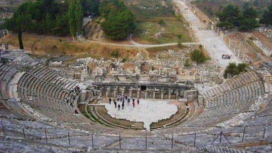 29--Bu işleviyle, Aziz Paul misyonuna karşı gümüşçülerin ayaklanışını anlatan Yeni Ahit'te de bahsedilmiştir. Bugünkü görünümünü, büyük oranda Geç Roma Döneminde Bizans sur duvarıyla birleştirildiği onarımlara bağlıdır.