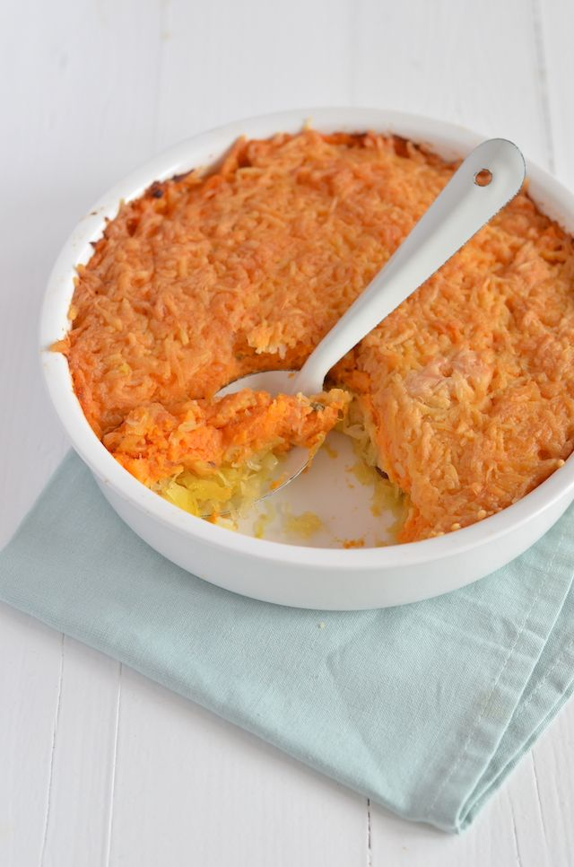 zuurkoolschotel   kg zoete aardappelen 500 gr zuurkool 1 appel Handje rozijnen 75 gr geraspte kaas 1 tl kerrie Peper en zout Evt. klontje roomboter Evt. scheutje melk  Zo maak je het