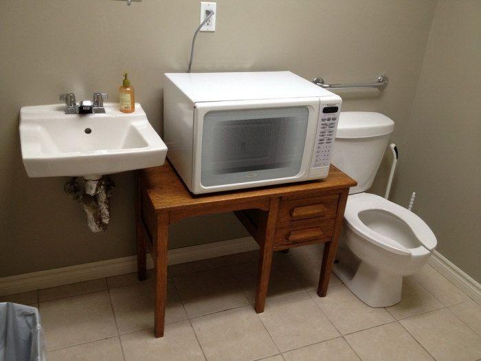 Любителям покушать всегда пригодится микроволновка в туалете.