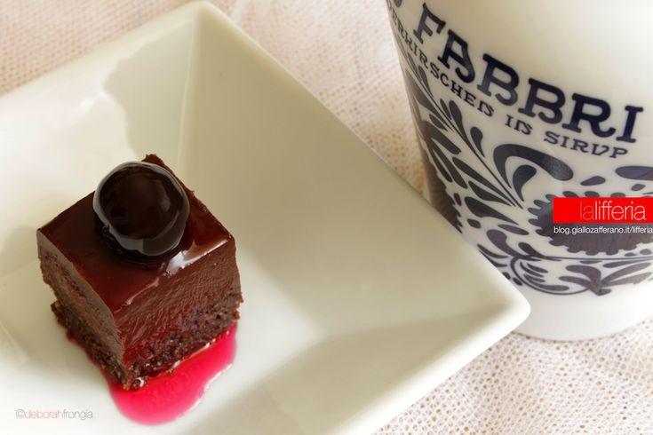 Delizie alle amarene e cioccolato fondente per la base streusel:40 g farina-20 g cacao amaro 60 g burro morbido-60 g zucchero-60 g mandorle per la crema inglese:115 g panna-50 g latte-35 g tuorli 20 g zucchero per il cremoso al cioccolato:la crema inglese 120 g amarene -20 g miele-160 g cioccolato fondente al 72% per la decorazione:15-20 amarene (e liquido di conservazione)