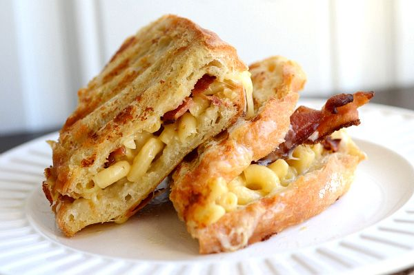 Bacon mac n' cheese grilled cheese. oh my!!