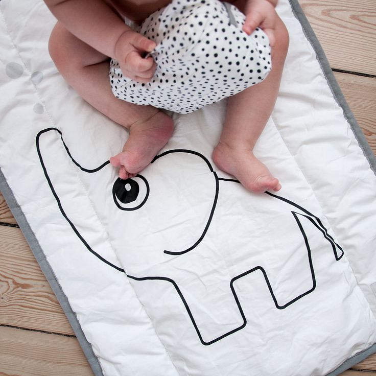Cool changing kit for changing on the go. The changing mat is coated for your convenience and is easy to take along for changing on the go. Included in this kit is a matching wet wipe cover.