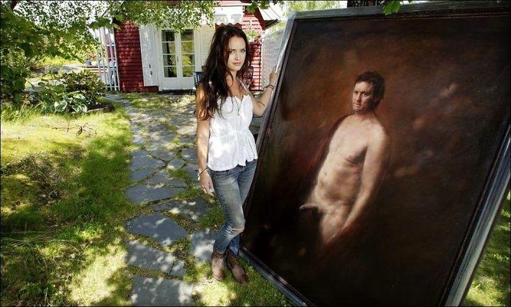 DEN NAKNE SANNHET: Maleriet av en naken Sturla Berg-Johansen har fått navnet «Homoludens» (det lekne mennesket). - Det var faktisk Sturla sitt forslag, sier Kaja Norum. Her i hagen ved hennes familiehytte i Son. Foto: MATTIS SANDBLAD
