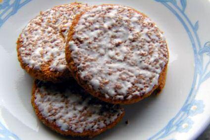 Pompoenkoekjes of oranje speculaas met lekkere, witte glazuur