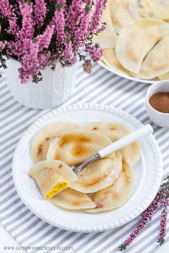 Dziś przychodzę do Was z jesienną wersją pierogów z twarogiem, dynią i prażonymi jabłkami. Słodkie, lekko cynamonowe, z miękkim, delikatnym ciastem będą