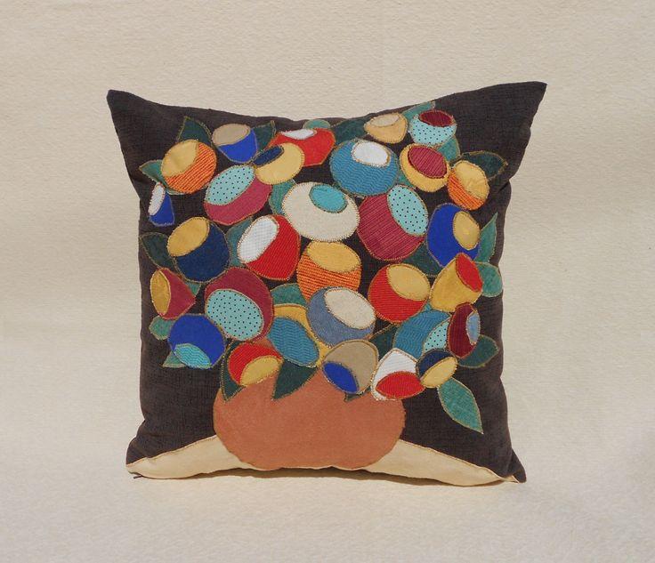 """Cuscino patchwork decorativo """"Vaso con fiori"""". Quadrato con applicazioni in tessuto fatto a mano marrone di LuaNuu su Etsy"""