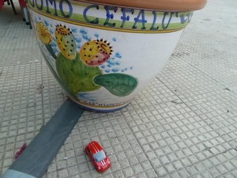 Little red Fiat500: Cefalùban is kerestem rokonokat, de túl sok volt a sétálóutca, valószínűleg nem tudtak bejönni a városba./I was looking for relatives in Cefalù either but there were perhaps too many streets for pedestrians only and they could not enter in the centre.