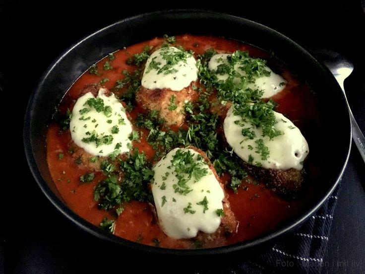 Chicken parmigiana - Nem og lækker parmesan kylling serveret i en kraftig tomatsauce med mozzarella på toppen. Få opskriften lige her...