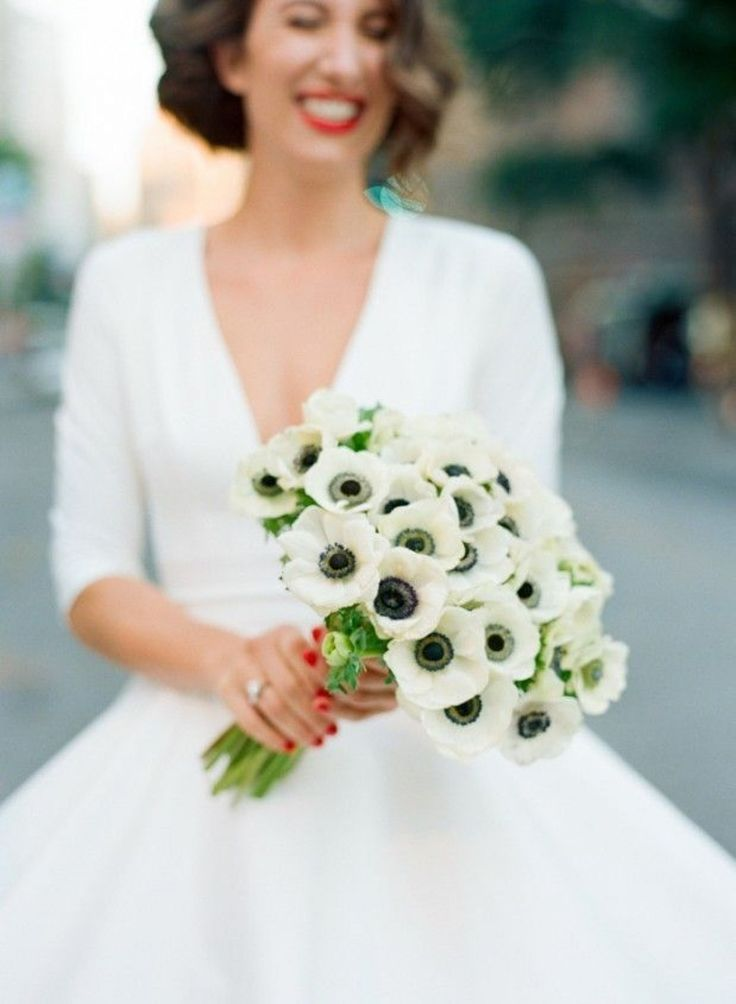 Сегодня я начинаю рубрику статей под названием «Цветочное вдохновение для свадьбы». Здесь будут собраны идеи букетов, композиций, свадебного декора с использованием того или иного цветка, растения. Красивые фотографии для идей и вдохновения! Открывают подборку анемоны. Анемона или ветреница — это нежнейший цветок из семейства лютиковых, имеющий белые или цветные (красные, розовые, малиновые, сиреневые, фиолетовые, голубоватые) лепестки и черную, реже светлую серединку. Сезон анемон в срезке…