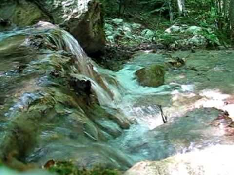 letto del fiume che scorre impetuoso
