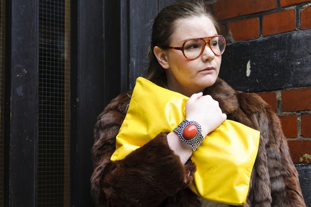 Fur and yellow clutch. All you need for a fab winter outfit. Read more in the blog www.fridagsvensson.se
