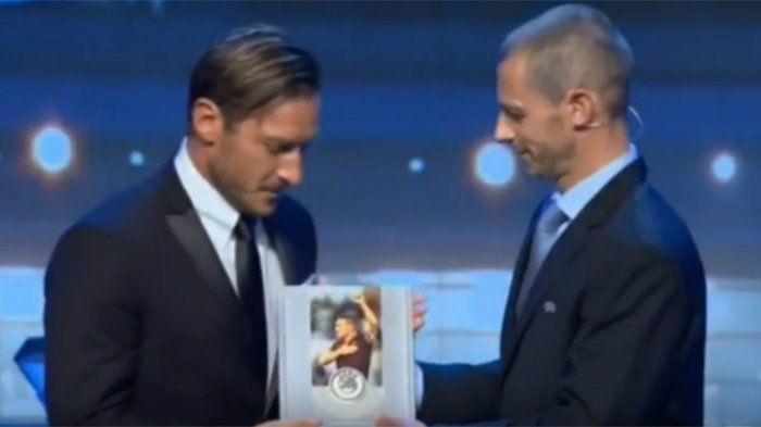Raih Gelar UEFA President Award 2017,  Francesco Totti Sejajar dengan Legenda Sepak Bola Eropa