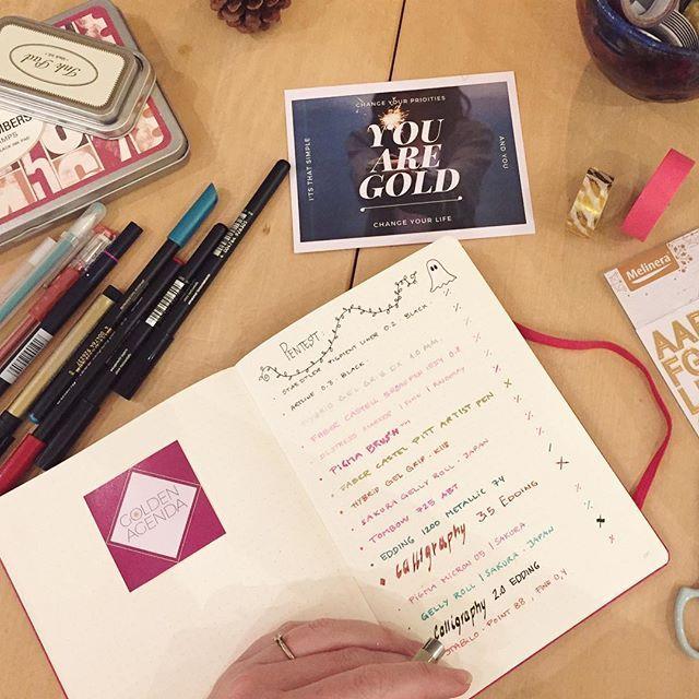"""Så er alle mine nye penne testet i min Golden Agenda til 2017.  Der er nogle """"små spøgelser"""", men ingen af mine pens trængte igennem papiret   Så nu er jeg godt igang med planerne, så jeg kan starte året med nærvær, frihed og overskud.  Har du lagt en plan for 2017? Eller bare for, hvordan du tager hul på det nye år?  Eller har du lyst til at gøre som Anja, Cecilia og Pernille og starte på planen sammen med mig? Du får den første mentorsession gratis her i december.  Skriv til mig, hvis du…"""