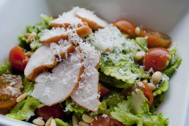 """Tijd voor een lekker """"lente"""" gerecht. Op een koude dag hoef je bij mij echt niet aan te komen met een koude maaltijd, op een wat warmere dag vind ik het juist heerlijk! In deze salade zit weinig sla meer, van de rucola salade maken we namelijk een heerlijke pesto. Ik vind rucola sowieso erg …"""