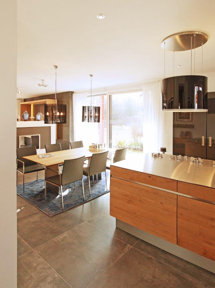 Beispiel für große Fliesen in Küche und Essbereich