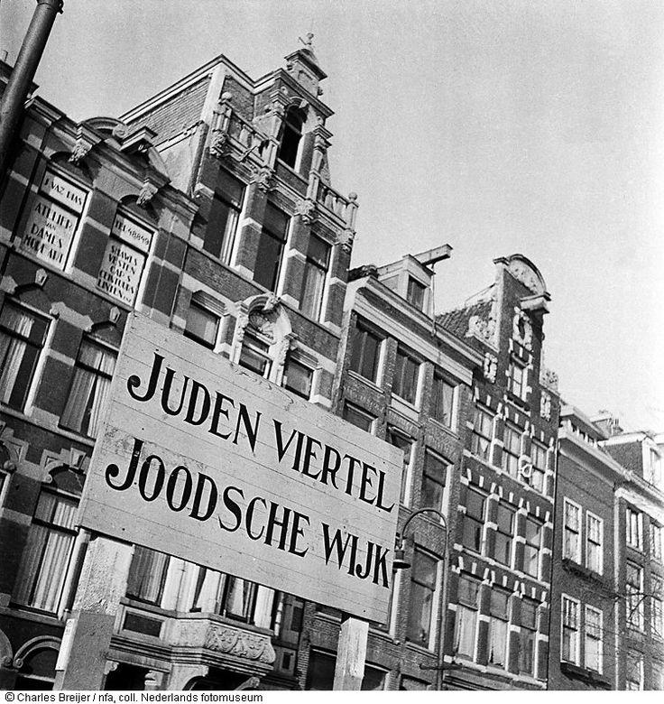 Bord met de tekst 'Joodsche wijk', Kloveniersburgwal, Amsterdam (1942)  Illegale Fotografie tijdens de Duitse bezetting, Nederlands Fotomuseum