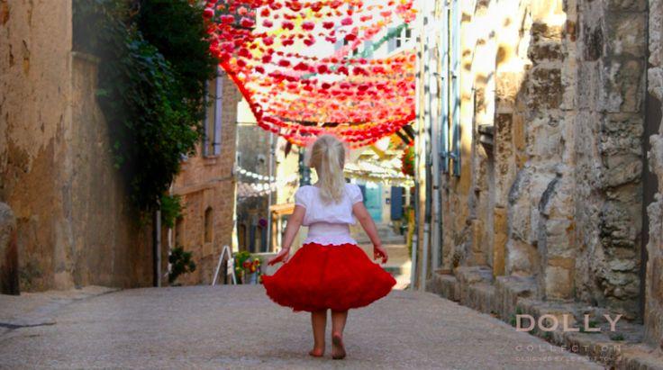 Oι pettiskirts σχεδιάζονται και κατασκευάζονται στην Ολλανδία από υψηλής ποιότητας υφάσματα και κορδέλες για ένα μοναδικό couture αποτέλεσμα...  Για κοριτσάκια από 1-8 έτους, κάθε petti skirt συνοδεύεται από μια μινιατούρα φούστα για την αγαπημένη τους κούκλα!  Όλες οι φούστες έρχονται μέσα σε μαύρη υφασμάτινη τσάντα και αποτελούν το ιδανικό couture δώρο που θα εντυπωσιάσει... Διαλέξτε την δική σας Dolly εδώ: http://plantheday.gr/index.php/doro-2/133-foystes-dolly-by-le-petit-tom