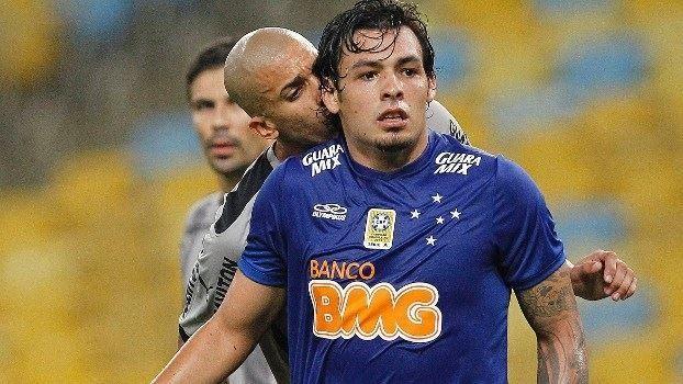Dória e Ricardo Goulart discutem em campo, mas foto engana e mostra 'beijinho'