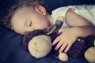Pour favoriser de bonnes habitudes de sommeil, il faut être vigilant dès la naissance. Pour certains bébés, tout se fera naturellement alors que d'autres auront plusieurs réveils nécessitant une intervention.