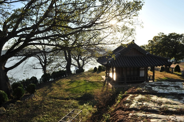 The Sikyeong pavilion is one of the beatiful sight-seeing place among the Yeongsan river 8 sight-seeing  [ 영산강 8경 중 전경이 아름다운 식영정 ]