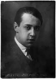 Entre los escritores de memorias y autobiografías, Sándor Márai (1900-1989) se ha ganado un lugar preeminente gracias a sus Confesiones de un burgués. Escritas cuando contaba con tan sólo 34 años, Márai pasa revista a toda una época que transcurre desde su niñez a su juventud, un período de formació