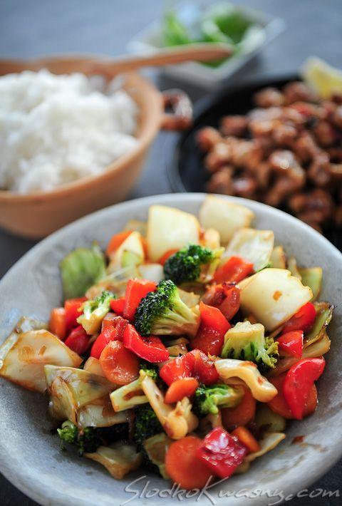 W kuchni tajskiej nie znajdziemy dużo typowo wegetariańskich dań, to jest jednym z nich, ulubionym zarówno przez Tajów jak i przez cudzoziemców, nawet tych którzy nie są smakoszami ostrych tajskich potraw (do tego dania nie dodajemy papryczek chili). Na przygotowanie potrzebujemy kilkunastu minut, składniki nie są skomplikowane a smak na pewno Was zadowoli. Przepis, który…