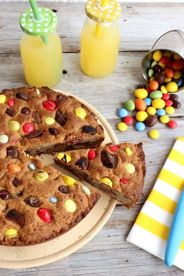 La torta cookie con M&M's e Smarties, è una torta golosissima, ricca di nocciole e cioccolato. E' da molto tempo, che vedo in rete questa deliziosa e goduriosa torta, bella colorata e invitante, mi er