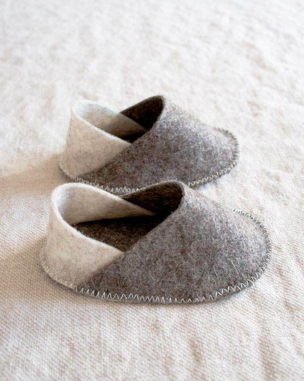 """crédit photo Molly du blog Molly's Sketchbook sur The Purl Bee Le patron Petit Citron des chaussons de bébé est l'un des plus téléchargé. Mais il y a d'autres modèles et celui-ci, tout en feutre est simplement à croquer ! En plus d'être rapides à confectionner, ils sont pratiques et adorablement minuscules ! Si vous avez un bébé dans votre entourage ou bien une """"baby shower"""" bientôt, vous aurez sûrement envie d'ajouter ce tutoriel de Molly dans votre liste de projets de couture à mener…"""