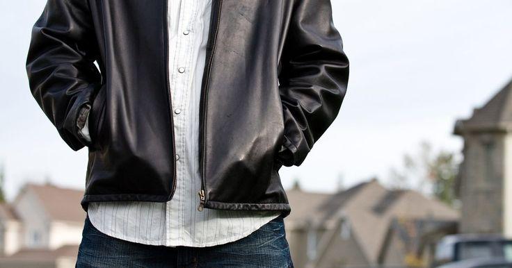 Cómo quitar las arrugas de una chaqueta de cuero de imitación sin una secadora. Una chaqueta de imitación de cuero es cálida, durable y atractiva pero en ocasiones pueden acumularse arrugas que harán que se vea vieja y desarreglada. Hay ocasiones en las que no tienes tiempo de meterla en al secadora para quitarle las arrugas, en ese caso, puedes usar algo que las eliminará sin dañar el material.