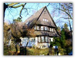 Eine der ursprünglichen Villen der Gartenstadt Frohnau in Berlin im Stile großer Landhäuser. Dieses aus dem Fischgrund ließ der Arzt Dr. H. Weydemann im Jahre 1913 nach Entwurf des Architekten Wilhelm Koban aus Darmstadt mit der damals üblichen repräsentativen Raumaufteilung errichten.