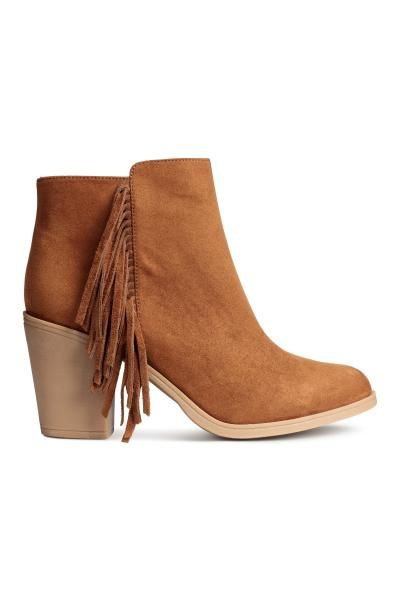 Ankle boots with fringes: Ankle boots in imitation suede with a zip and fringes at the sides and rubber soles. Heel 8.5 cm.