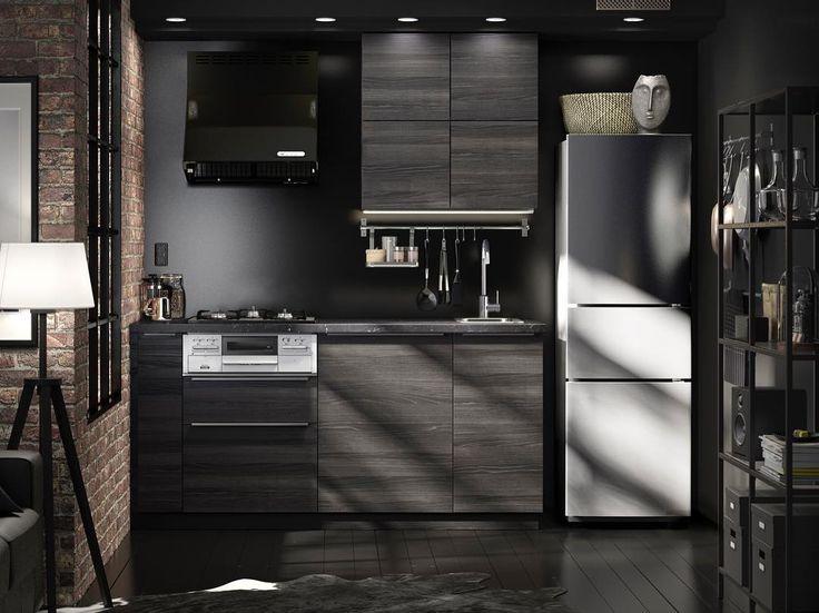 Светлые цвета – не единственное решение для небольшой кухни. Глубины интерьеру могут добавить и темные панели – например, фасады ТИНГСРИД с выразительным рисунком, имитирующим фактуру массива дерева. Как вам такое решение для небольшой квартиры-студии? ;) На фото кухня МЕТОД с фасадами ТИНГСРИД. Рассчитать стоимость можно на нашем сайте и в магазинах ИКЕА. #IKEA #ИКЕА #ИКЕАРоссия #будьтетакдома