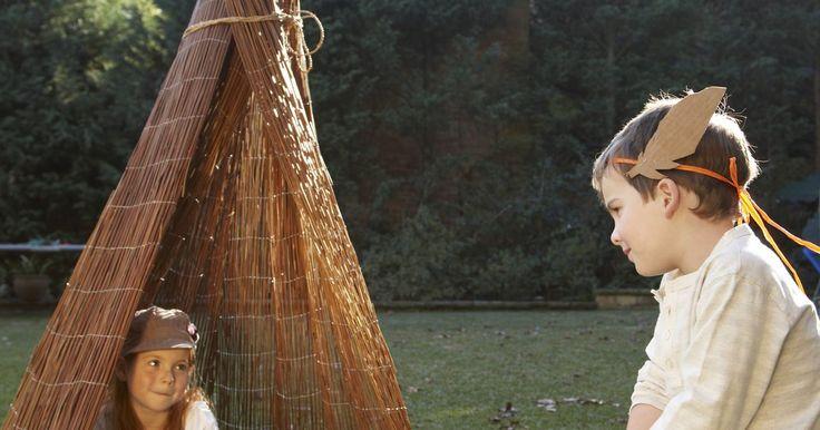 Cómo hacer un traje de indígena de niño para la escuela . Los programas escolares como las obras de Acción de Gracias, por lo general, contienen dos personajes principales, los peregrinos y los indígenas. Lleva muy poco tiempo armar un disfraz de estos últimos. A menudo puedes usar ropa que hay en el armario de tu hijo, junto con algunos materiales artesanales para hacerlo.