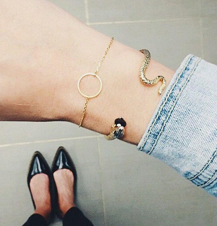 Bracelet en métal plaqué or orné d'un pendentif cercle. Un bracelet créateur tendance 2016 plaqué or 14k. Bracelet réglable convient à tous les poignets.