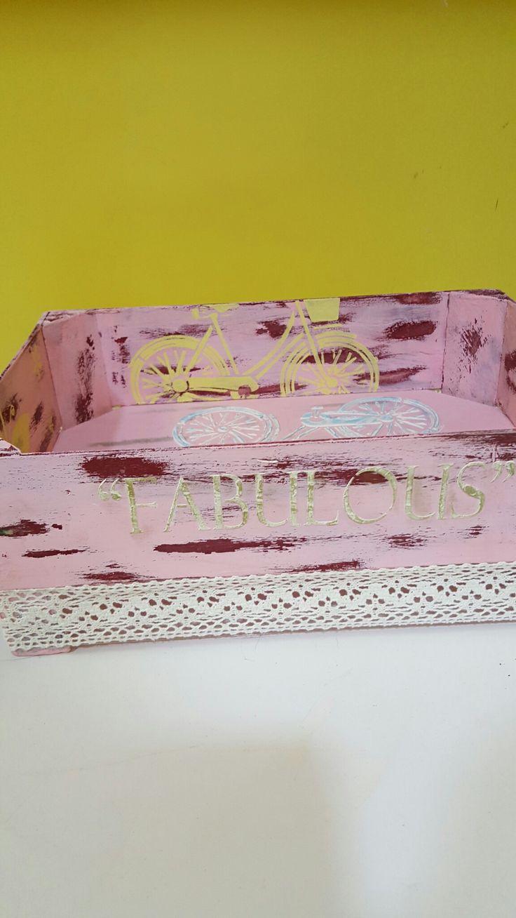 Cesta frutas realizado con pinturas, plantillas stencil, pasta de modelar y cintas de encaje en Manualidades El Cascabel