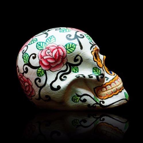 Handgemaakte, decoratieve skulls in balinese stijl. De skulls zijn gemaakt van kunsthars en verkrijgbaar in de volgende kleuren: - turquoise / groen - blauw - zwart  - wit