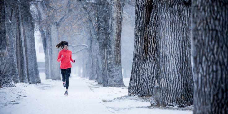 M Seamos claros: es duro encontrar la motivación para hacer ejercicio al aire libre estos días de frío. Entre semana, puede que nuestras piernas no vean la luz del día. Y aunque los fines de semana soleados nos encantan, no ...