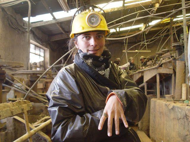 Da parte da manhã resolvemos fazer uma visita às minas de Potosi com a Koala Tours. Foi surreal. Entrámos vestidos a rigor, com fatos de mineiro, capacetes e frontal. A visita durou cerca de hora e meia dentro da mina. Quando comecei a percorrer as galerias com os mineiros lá dentro a trabalhar não queria …