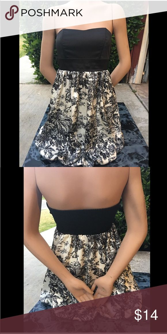 Papaya | Casual Strapless Dress Thanks for checking out my listing/closet 😘  Size: Medium  Brand: Papaya  Details: stretch top • flows bottom • Strapless • mid thigh length • black and white floral print graphics  Sellers opinion: Excellent Lightly Used Condition Papaya Dresses