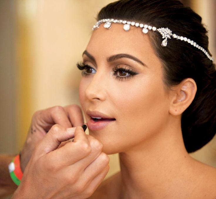 maquillage mariée - fard à paupières brun, gloss transparent et bijou de tête orné de strass