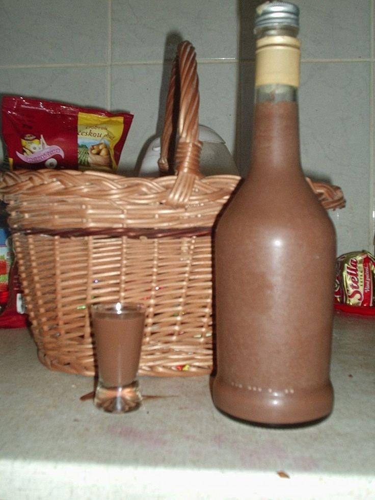 Čokolády, cukr a  šlehačku vaříme do úplného rozpuštění. Necháme vychladit. Pak přidáme kondenzovanémléko a rum, rozmícháme, nalijeme do flaše a...