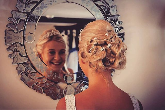 SMILE #photooftheday #photography #photographer #like4like #followher #follow4follow #style #hair #hairstyle #married #marriage #smile #happy #bride #mirror #makeup #beautiful #beauty #stylist #arte