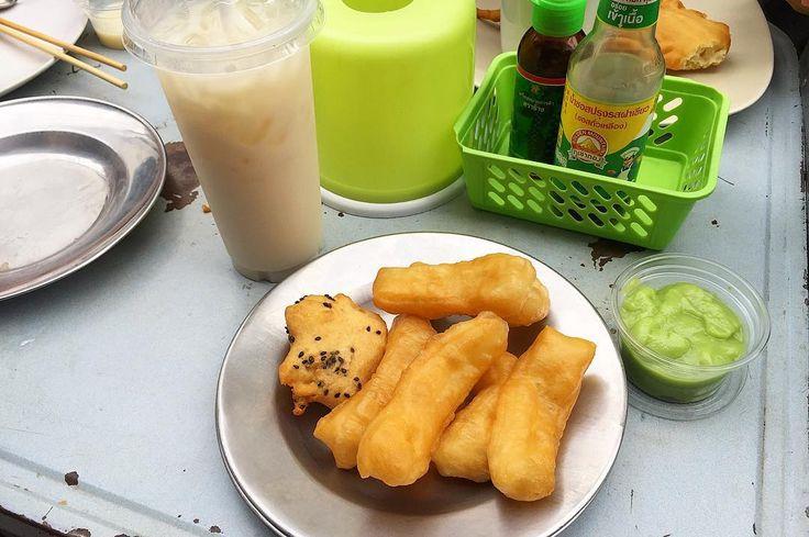 Thai style breakfast fried donuts.  パートンコー タイカスタード緑と豆乳と一緒にが私の定番 タイに来たら一度は食べたい 揚げパンでもありスイーツでもあり 揚げたてはカリカリがあってなおさらんまい 夜に屋台が出るようになってもやっぱり朝に食べたい . . #thailand #chiangmai #thaifood #food #foodie #breakfast #sweet #donuts #scenery #life #eatlocal #travel #タイ #チェンマイ #暮らし #チェンマイ暮らし #風景 #旅 #タイ料理 #朝ごはん #世界の朝ごはん