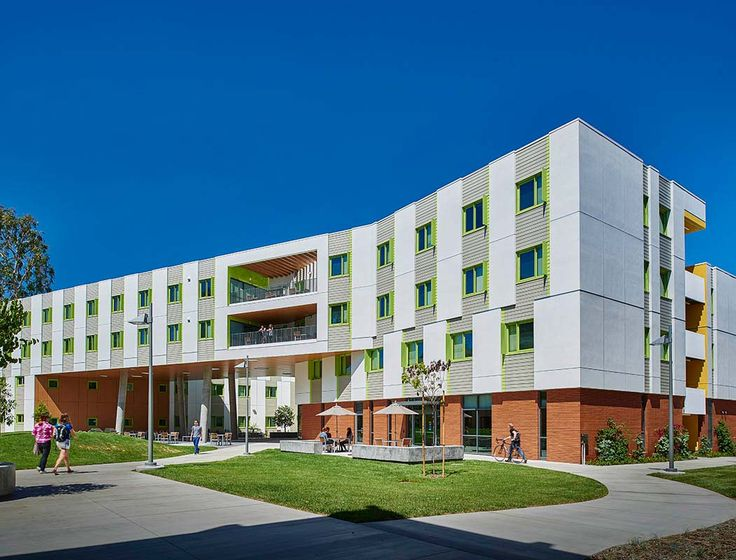 The latest major addition to the Biola University campus, this four-story residence hall mediates between the modernist campus and the adjacent...