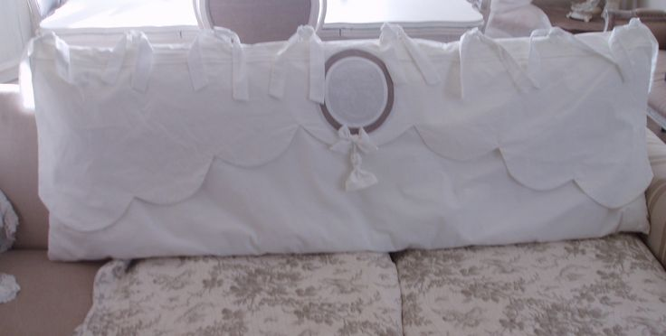 Tête de lit . En linge ancien et voile de lin. Cantonnière festonnée, réhaussée d'un monogramme en médaillon et d'un pompon : Textiles et tapis par mh-creations-rideaux