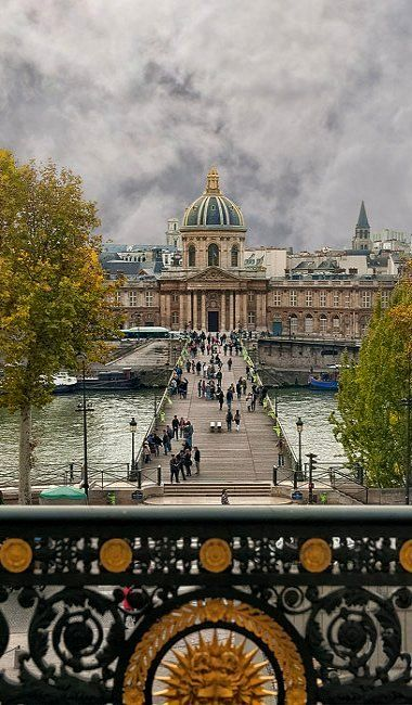 As pontes cheias de arte de Paris, na France .
