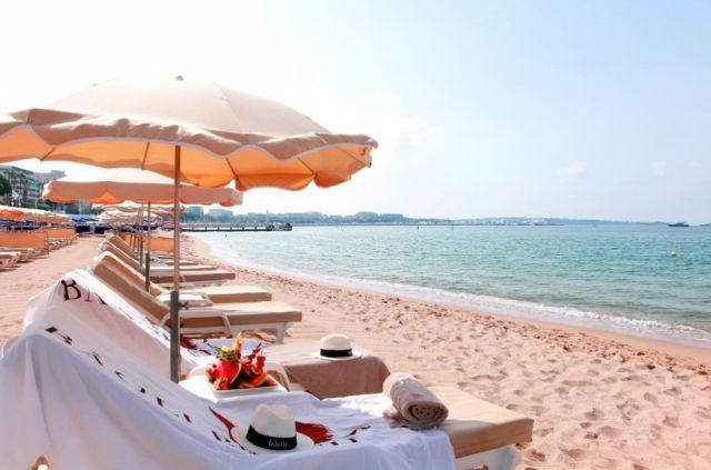 Restaurant Le Baoli Beach à Cannes ! L'un des plus grand ponton de Cannes ! Profitez des serviettes, transats, parasols et de la plage privée du restaurant !